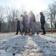 Noch zieht das Eis die Spaziergänger im Volkspark Friedrichshain an. Doch in den kommenden Tagen soll es deutlich wärmer werden