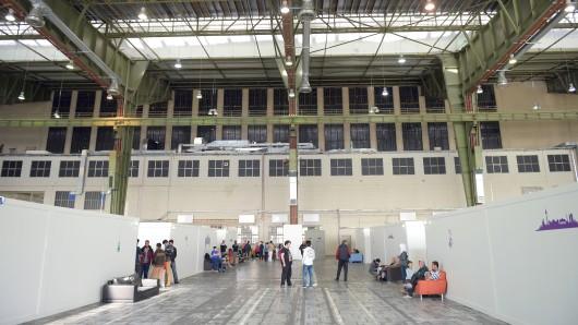 Flüchtlinge in einem Hangar des ehemaligen Flughafens Tempelhof