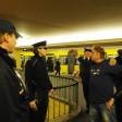 Polizisten und Mitarbeiter der BVG kontrollieren im Jahr 2011 einen Mann im U-Bahnhof Hermannplatz (Archivfoto)