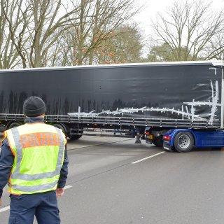 Der Auflieger des Terror-Lkw wird mit einer anderen Zugmaschine zum Entladen gebracht