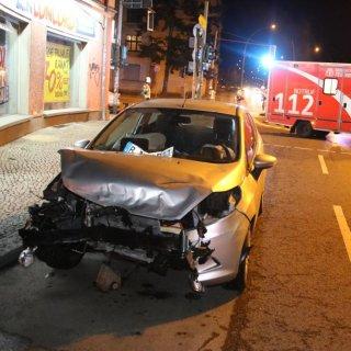 Die Front des einen Unfallwagens wurde zerstört
