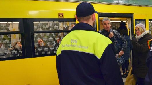 Eine Doppelstreife von Polizei und BVG-Sicherheitsdienst