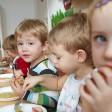 Kinder beim Mittagessen in einer Kita