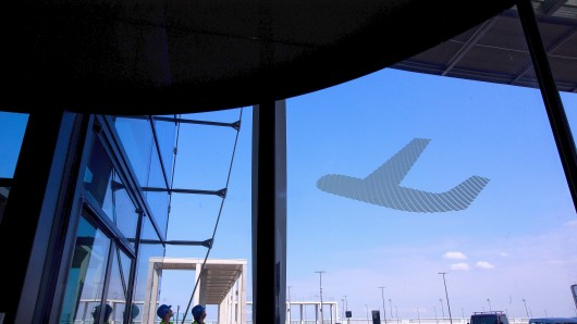 Optische Täuschung: Am BER starten und landen noch immer keine Maschinen. Dieses Flugzeug klebt als Folie auf einer großen Fensterscheibe