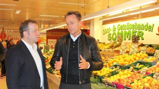 Reinickendorfs Bezirksbürgermeister Frank Balzer (CDU) im Gespräch mit Investor Harald Huth (rechts)