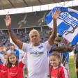 Der Brasilianer Marcelinho winkt den 27.235 Zuschauern im Berliner Olympiastadion vor Beginn seines Abschiedsspiel noch einmal zu