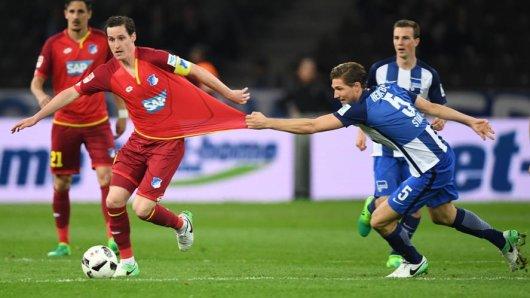 Da hilft kein Zerren: Berlins Niklas Stark (r) und Hoffenheims Sebastian Rudy kämpfen um den Ball