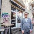 SchillerBurger-Gründer Ali Cengiz vor seinem Geschäft in der Herrfurhtstraße