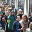 Französische Wähler warten bei wechselhaftem Wetter in der Botschaft ihre Stimme abgeben zu können
