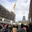 Richtfest für 640 Wohnungen an der Boxhagener Straße. Dort, wo die Baucontainer stehen und die Baustraße entlangführt, soll die öffentliche Grünfläche entstehen