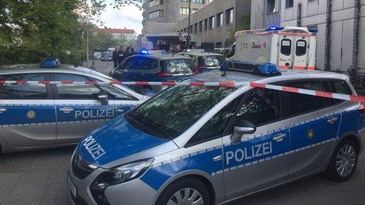 Einsatzwagen der Polizei vor der Rettungsstelle des Urbankrankenhauses in Kreuzberg