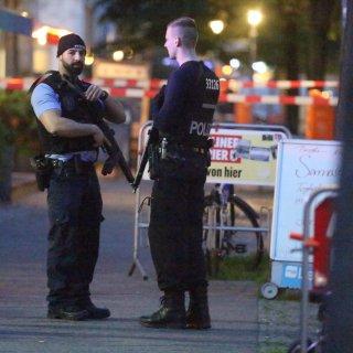 Polizisten vor dem Café an der Groninger Straße