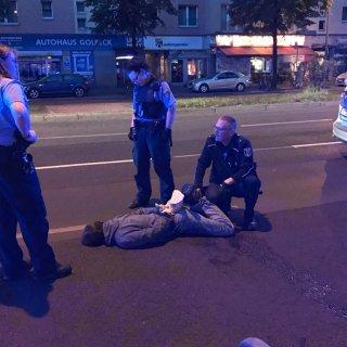 Die Polizei nimmt den mutmaßlichen Autozündler fest