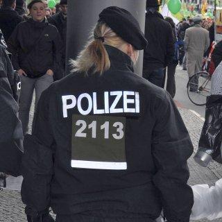 Berliner Polizistinnen müssen mindestens 1,60 Meter groß sein, bei Männern gilt 1,65 Meter als unterste Grenze