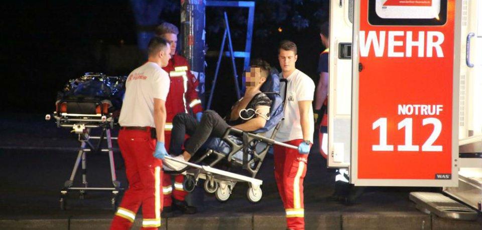 Sanitäter bringen einen verletzten jungen Mann in den Rettungswagen