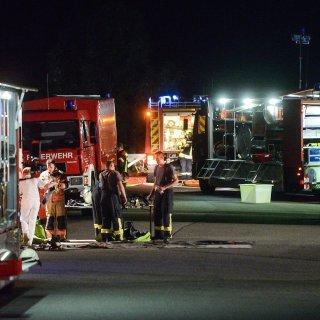 Einsatzkräfte der Feuerwehr sind am Rasthof Walsleben mit einem Großaufgebot vor Ort