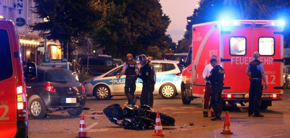 Ein Motorrad fuhr in Friedrichshain einem Auto in die Seite