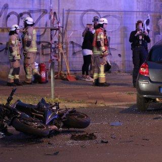 Bei dem Zusammenstoß an der Ecke Gürtel- und Scharnweberstraße in Friedrichshain wurde der Motorradfahrer ersten Informationen zufolge schwer verletzt