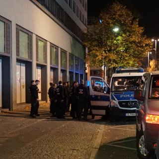 Bei einem Großeinsatz der Polizei rund um das Ministerium für wirtschaftliche Zusammenarbeit und Entwicklung suchte die Polizei Montagnacht nach einem Unbekannten.