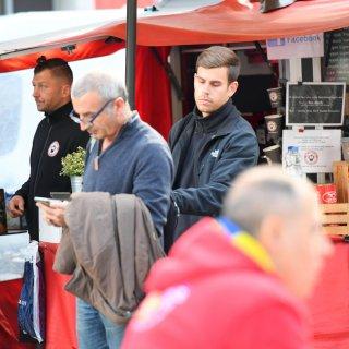 So einfach geht Taschendiebstahl: Der Mann ist in sein Handy vertieft während der Mann in Schwarz ungestört an seinem Rucksack nestelt Maurizio Gambarini