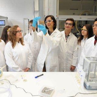 Schüler des Reinickendorfer Thomas-Mann-Gymnasiums im Labor des Start-up-Unternehmens DexLeChem mit dessen Gründerin Sonja Jost (Mitte)