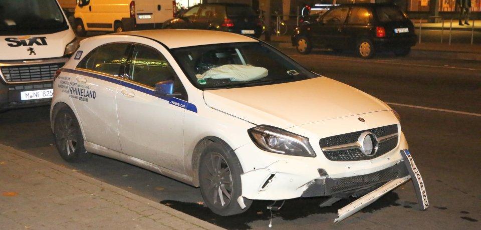 Das verbeulte Fahrzeug der Carsharing-Firma nach dem Unfall