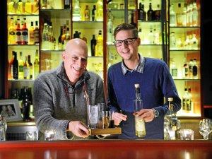 """Jon Cooper (links) und Rik Lusing in ihrer """"Beavis"""" Bar, Veteranenstraße 11."""