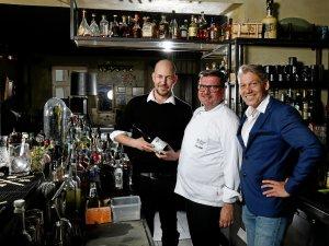 """Barchef Ike Schneider, Küchenchef Tilo Roth und Gastgeber Matthias Martens (v.l.) sind das Team beim Tasting im """"The Grand""""."""