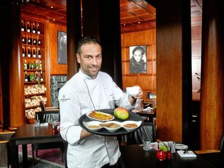 """Henning Drenkhahn und seine Currywurst mit Mango im """"Hotel Intercontinental""""."""