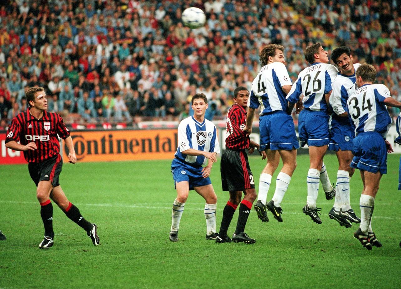 Pal Dardai (2.v.l.) schaut, Oliver Bierhoff (l.) rennt - als Hertha BSC im September 1999 beim AC Mailand im Meazza Stadion 1:1 spielte