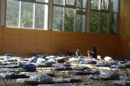 Flüchtlinge in der Jahn-Sporthalle am Columbiadamm in Neukölln