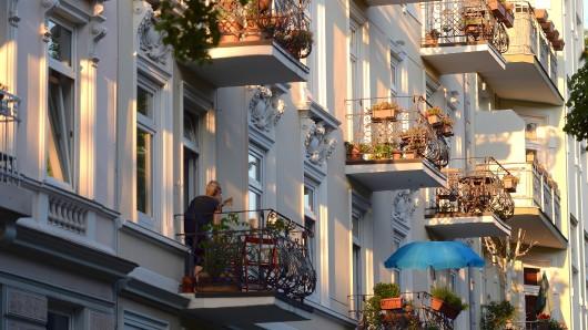 Balkone von Mietshäusern in der Abendsonne