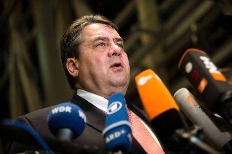 Der SPD-Vorsitzende Sigmar Gabriel (SPD) gibt ein Statement ab. Die Koalitionsspitzen hatten sich nach Angaben von Gabriel zuvor auf einen Kompromiss beimAsylpaket II geeinigt.