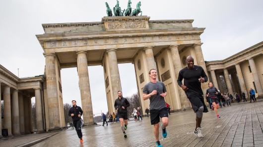 Mark Zuckerberg joggt am Donnerstagmittag durch das Brandenburger Tor