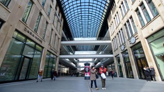 """An einem Werktag in der """"Mall of Berlin"""" am Leipziger Platz: Nur wenige Kunden besuchen das Einkaufszentrum"""