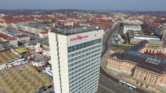 """Einzigartiger Turm oder """"Notdurft-Architektur""""? Weil es rundum keine anderen Hochhäuser gibt, wirkt das Potsdamer """"Hotel Mercure"""" mit seinen 60 Metern Höhe gigantisch"""