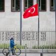 Die türkische Flagge weht vor der Botschaft in Berlin.