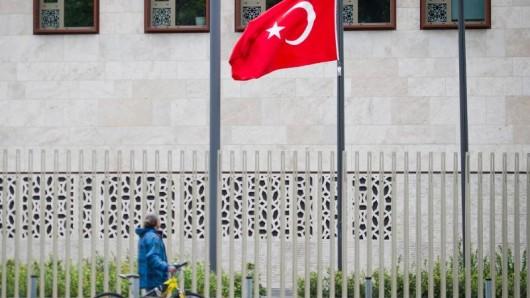 Die Türkische Flagge weht vor der Türkischen Botschaft in Berlin.