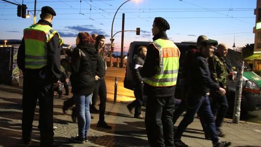 Auf und rund um das RAW-Gelände sowie am Görlitzer Park und am Kottbusser Tor hat die Polizei in einem sogenannten Präventiveinsatz Touristen und andere Ausgehfreudige vor den Tricks der Taschendiebe gewarnt.