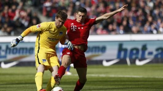 Herthas Torwart Thomas Kraft im Zweikampf mit Bayerns  Robert Lewandowski
