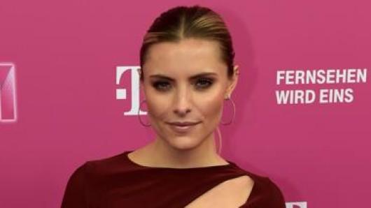 Weinrot auf Magenta: Sophia Thomalla beim Telekom-Event