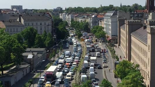 Freitagmittag, 12 Uhr: Wegen der Sperrungen zum Karneval der Kulturen gibt in Kreuzberg schon jetzt lange Staus