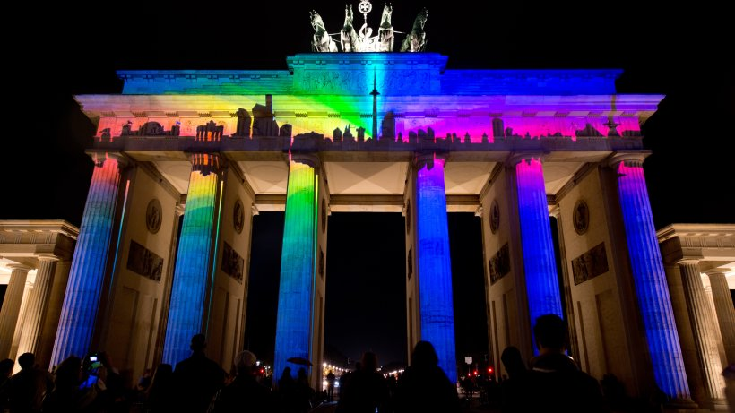 nach orlando brandenburger tor in regenbogenfarben berlin aktuelle nachrichten berliner. Black Bedroom Furniture Sets. Home Design Ideas