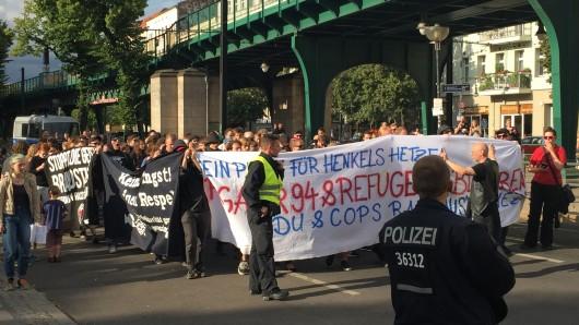 Rund 100 Demonstranten ziehen zum Pfefferberg, um gegen Innensenator Frank Henkel zu demonstrieren