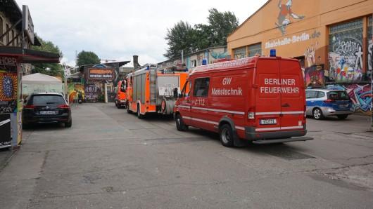 Die Feuerwehr ist mit Messtechnik vor Ort, die Polizei mit mehreren Fahrzeugen.