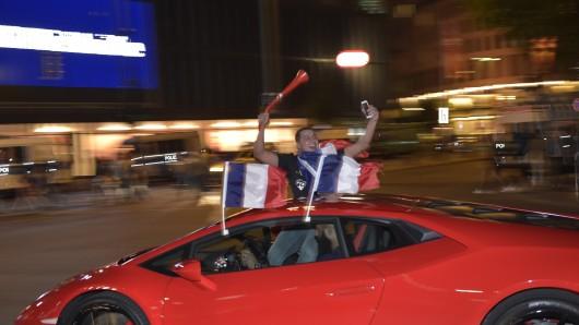 Am Kudamm in Berlin feiern ein paar Franzosen den Sieg bei der Europameisterschaft.