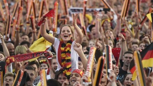 Fans auf der Fanmeile am Brandenburger Tor