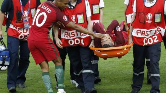 Cristiano Ronaldo wird mit der Trage vom Feld gebracht