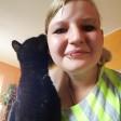 Die Katze Mauzi sitzt bei ihrem Frauchen (undatierte Aufnahme). Vor drei Jahren verschwand die schwarze Katze aus ihrem Zuhause - jetzt sind Katze und Frauchen wieder vereint