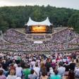 Besucher genießen Live-Musik in der Waldbühne in Berlin
